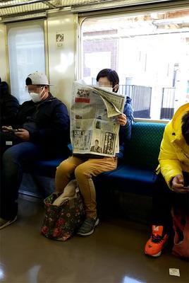 電車で新聞.jpg